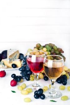 Vin rouge et blanc dans des verres sur la table