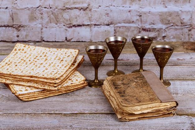 Vin rouge casher avec une assiette blanche de matzah ou matzo et une haggadah de pâque