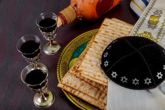 Vin rouge casher de la matzah haggadah de pâque sur un fond de bois vintage