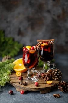 Vin rouge chaud de noël aux épices, canneberges et fruits. boisson chaude de noël traditionnelle
