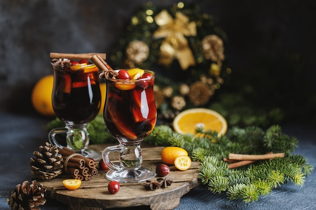 Vin rouge chaud de noël aux épices, canneberges et fruits