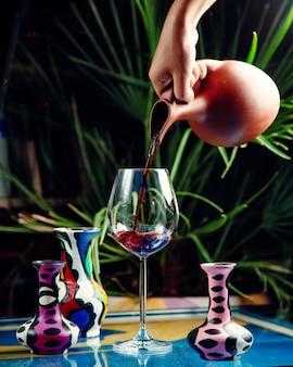 Vin rouge classique sur la table