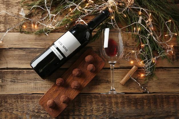 Vin rouge, dessert au chocolat et décorations de noël sur table en bois