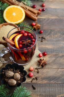 Vin rouge de noël avec orange, canneberges et épices