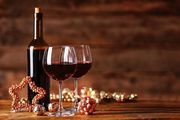 Vin rouge et ornements de noël sur une table en bois sur une surface en bois