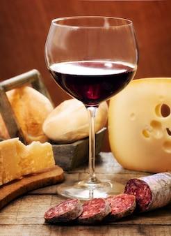 Vin rouge avec des produits laitiers et du salami