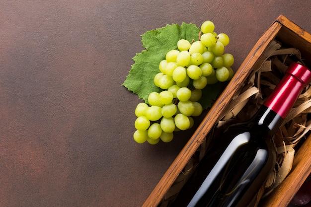 Vin rouge et raisins blancs