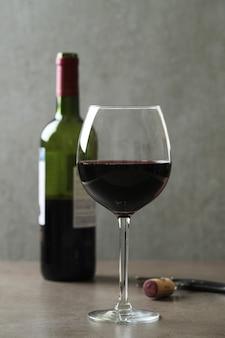 Vin rouge en verre et bouteille