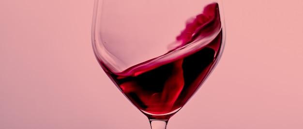 Vin rouge en verre cristal boisson alcoolisée et apéritif de luxe produit œnologique et viticole
