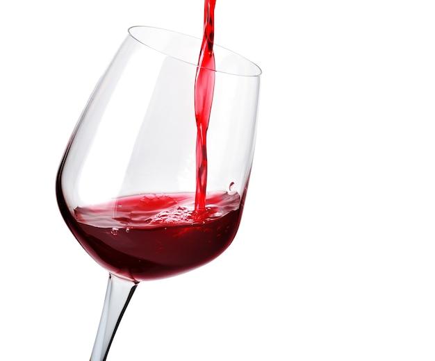 Vin rouge en verre sur fond blanc