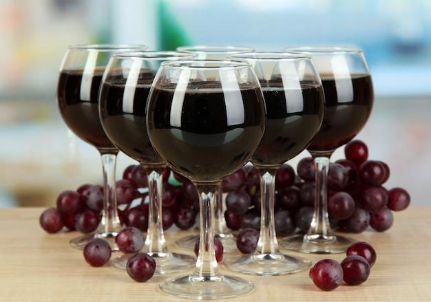 Vin rouge en verre sur fond de chambre