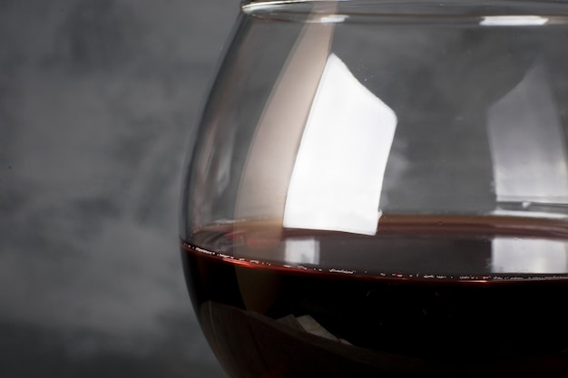 Vin rouge en verre à vin sur fond gris