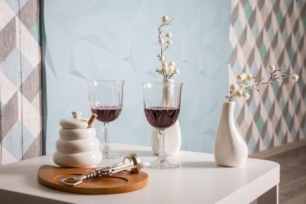 Vin rouge, verre à vin, tire-bouchon.