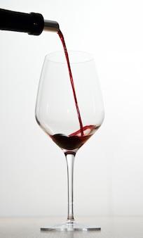 Vin rouge et verres