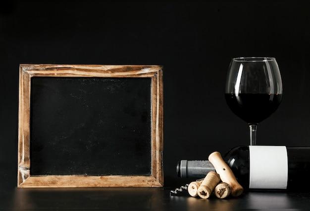 Vin et tire-bouchon près du tableau
