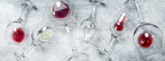 Vin. verres de vin rouge et blanc rustique.