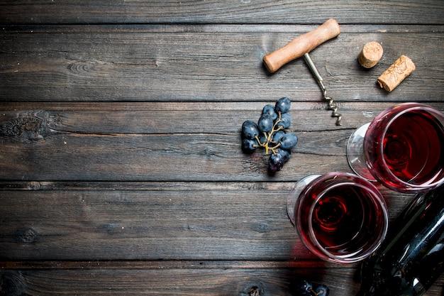 Vin. vin rouge avec raisins noirs en bois.