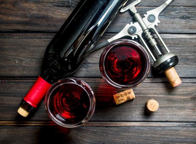 Vin. vin rouge avec tire-bouchon en bois.