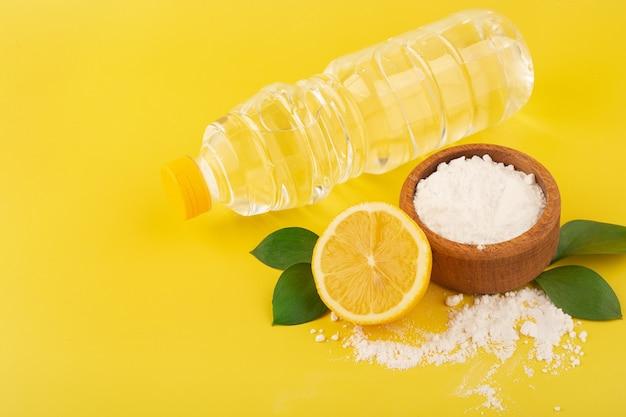 Vinaigre de bicarbonate de soude et citron pour le nettoyage