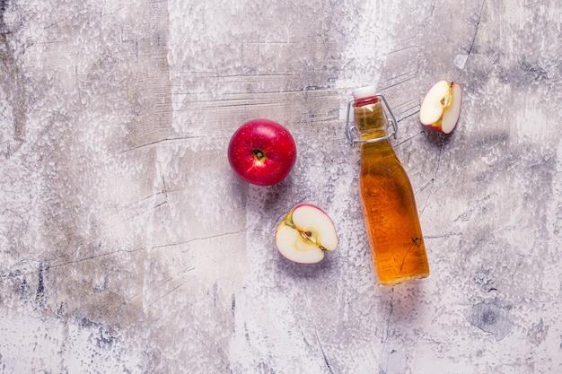 Vinaigre de cidre de pomme ou boisson aux fruits fermentés, vue de dessus.