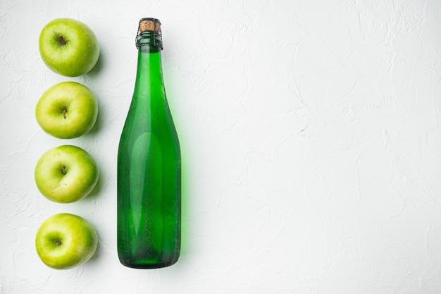 Vinaigre de cidre de pomme ou ensemble de boissons aux fruits fermentés, sur fond de table en pierre blanche, vue de dessus à plat, avec espace de copie pour le texte