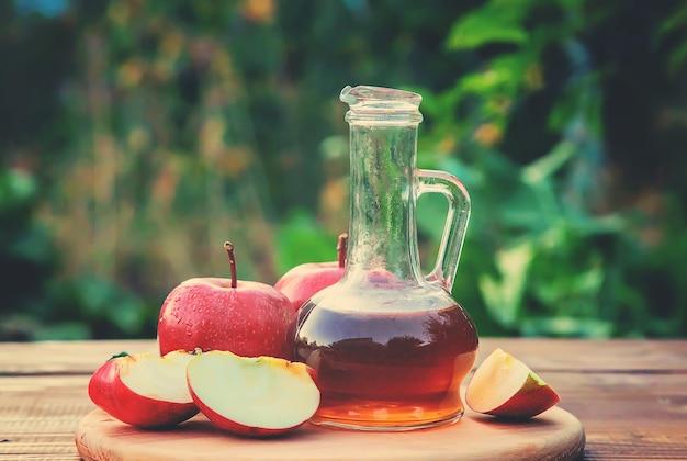 Vinaigre de pomme. mise au point sélective.