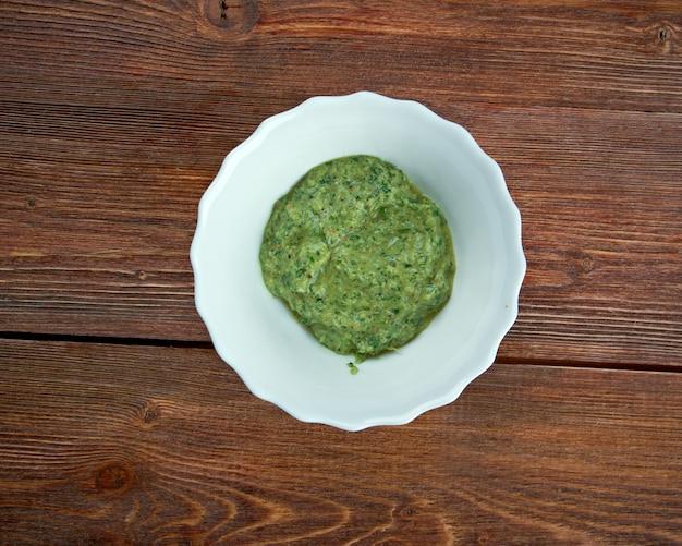 Vinaigrette de dijon au champagne aux herbes - sauce culinaire française faite en mélangeant du vinaigre et de l'huile et en l'assaisonnant généralement avec du sel, des herbes et des épices