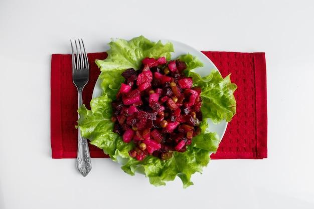 Vinaigrette sur fond blanc salade de légumes russe traditionnelle avec des betteraves sur plaque