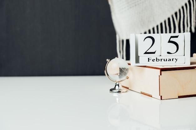 Vingt-cinquième jour du calendrier du mois d'hiver février avec espace de copie.