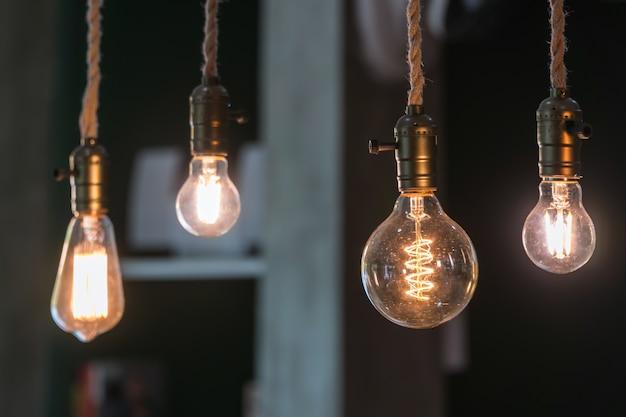Vintage ampoules à incandescence de type edison et reflets de fenêtre