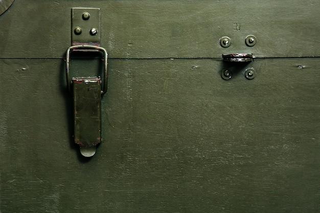 Vintage ancienne boîte verte militaire pour le stockage des munitions