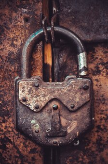 Vintage ancienne serrure sur la porte grunge