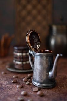 Vintage cafetière avec des gouttes de chocolat chaud