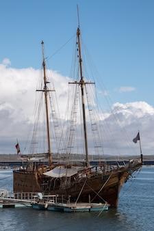 Vintage caravel navire restauré à l'ancre