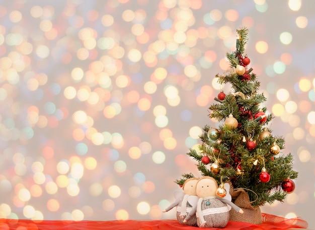 Vintage de carte de voeux de noël lumineux. nouvel an, noël mock up. fond de décorations d'arbre de noël décoré gros plan. carte postale pour les vacances. fond de sapin de noël. bokeh coloré.