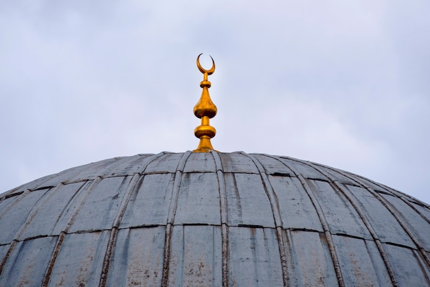 Vintage dôme rustique d'une ancienne mosquée avec un croissant de lune d'or, l'architecture islamique
