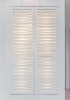Vintage fenêtres blanches. closeup volets en bois blanc