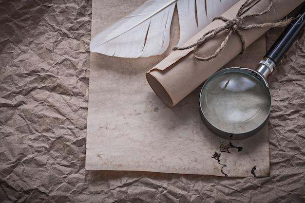 Vintage feuille plume loupe document roulé sur papier froissé en désordre