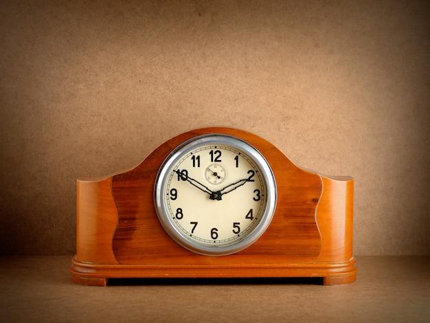 Vintage horloge en bois sur grunge