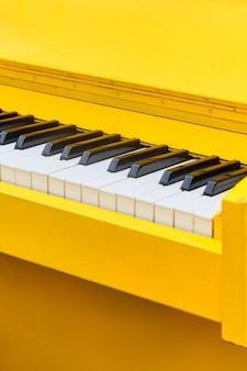Vintage instrument de musique piano jaune gros plan