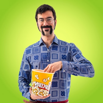 Vintage, jeune, homme, manger, popcorn