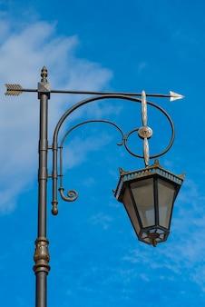Vintage lanterne urbaine sur fond de ciel bleu avec des nuages. thème de l'environnement de la ville