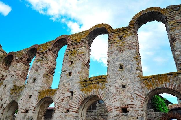 Vintage mur de pierre avec des arches sur fond de ciel bleu