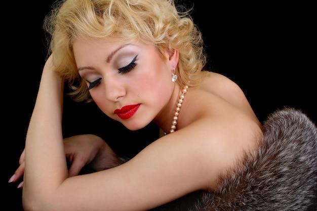 Vintage portrait de femme blonde aux yeux fermés