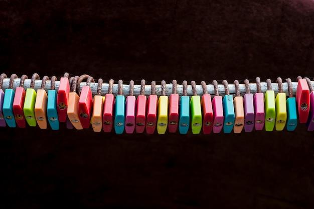 Vintage serrure colorée avec rouillé en voyage en thaïlande.