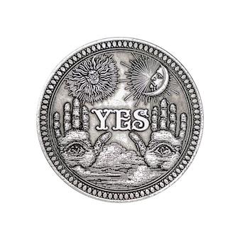 Vintage silver flipping coin avec oui word pour faire le bon choix, l'opportunité, la fortune ou la décision dans la vie sur un fond blanc
