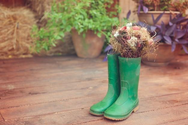 Vintage vieilles bottes et décorations de gomme sale