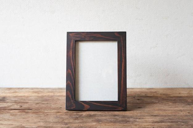 Vintage vieux cadre photo en bois mis sur la conception de bureau table en bois grunge.