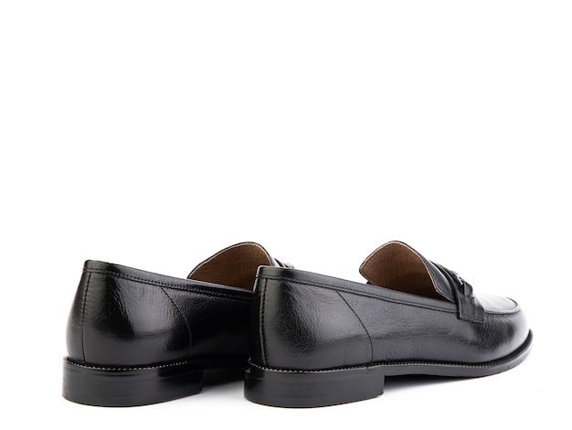 Vintage womens loafer shoes gros plan de la publicité tourné en cuir noir chaussures concept closeup chaussures