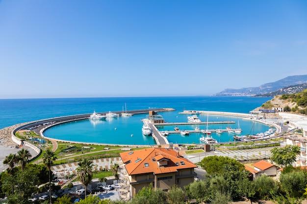Vintimille, italie - circa août 2021 : cala del forte est une marina exquise, flambant neuve et ultramoderne située à vintimille, en italie, à seulement 15 minutes de la principauté de monaco